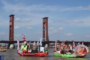 Sejumlah perahu hias di perairan Sungai Musi palembang