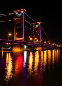 jembatan ini menjadi tempat berkumpulnya muda-mudi kota palembang