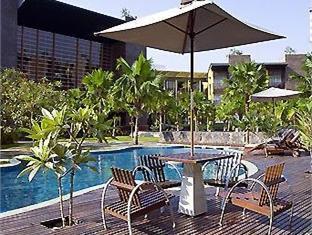 Tepi Kolam Renang di Novotel Palembang Hotel & Residence