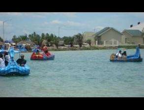 Pengunjung Danau OPI bermain perahu bebek