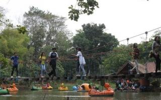 perahu di kolam yang berada di Taman Wisata Punti Kayu Palembang