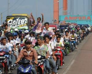 Konvoi Kelulusan di Jembatan Ampera
