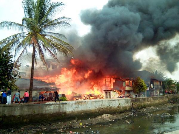 infoplg-via-robbysnt-kebakaran-di-jeramba-karang-palembang-pbk-sedang-berusaha-memadamkan-api-httpt-cobp7g1oals7