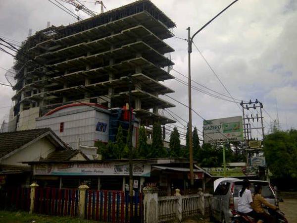 8-tingkat-sputarpalembang-progress-pembangunan-hotel-di-seberang-rs-siti-khodijah-yang-semakin-tinggi-httpt-cogjbgtti23r