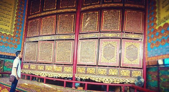 inilah-al-quran-dari-pahatan-kayu-terbesar-di-dunia-terletak-di-pesantren-al-ikhsaniyah-gandus-palembang-sumsel-httpt-colqtizsv9js