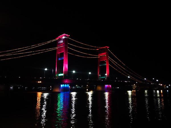 keindahan-jembatan-ampera-dimalam-hari-min-sahabatalam_ina-mytrip_myadvntr-palembangtweet-httpt-cociksmklwov