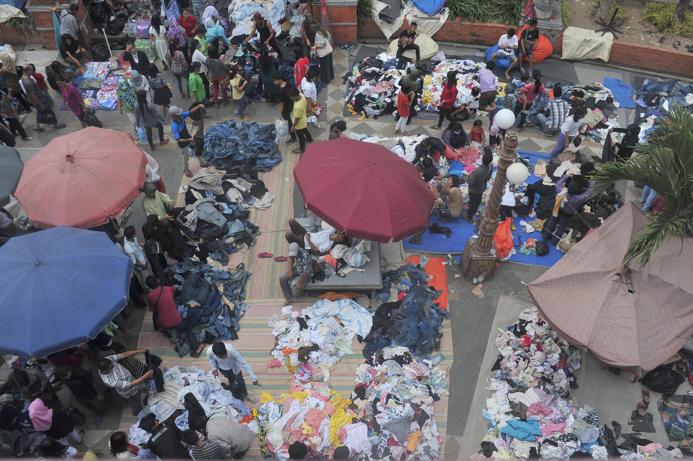 Sejumlah warga memilih baju di Pasar Pakaian Bekas di Bawah Jembatan Ampera Palembang, Sumsel, Rabu (15/7). Pakaian bekas menjadi salah satu alternatif pilihan warga yang berburu baju lebaran karena harga yang murah. ANTARA FOTO/ Feny Selly/ed/aww/15.
