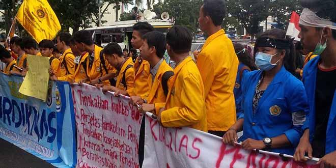 Peringati Hardiknas, BEM Sumsel Lakukan Aksi Damai di Depan Kantor Gubernur