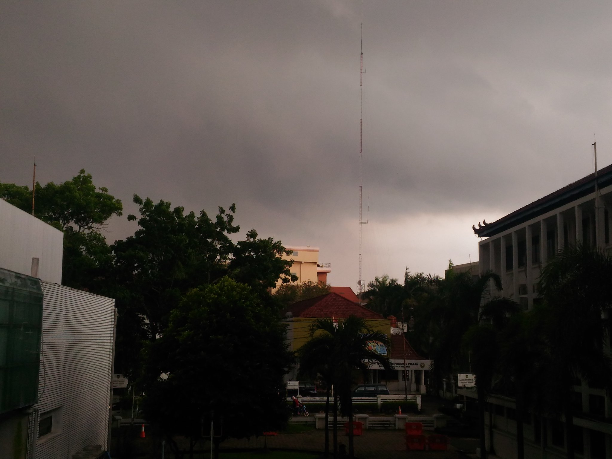 diguyuri-hujan-hampir-seharian-cuaca-palembang-gelap-radioelshinta-bnpb_indonesia-palembangtweet-httpst-cowhzzcr4jkd